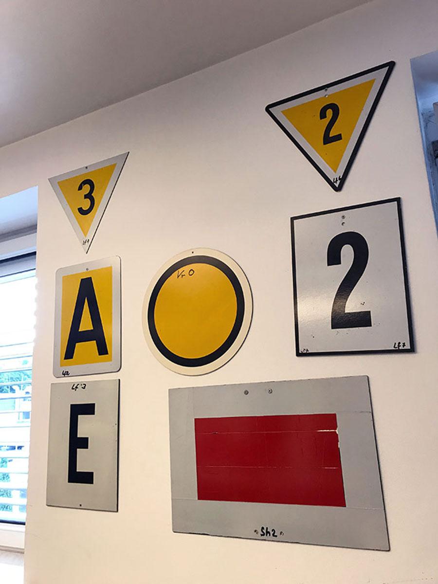 Kleine Signalkunde Teil 2: Die Zahlen sind Geschwindigkeitsangaben.