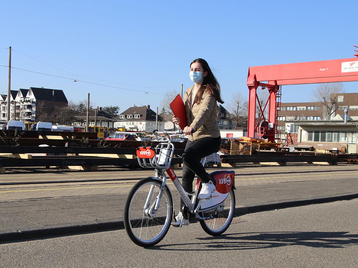 Frau auf KVB-Rad