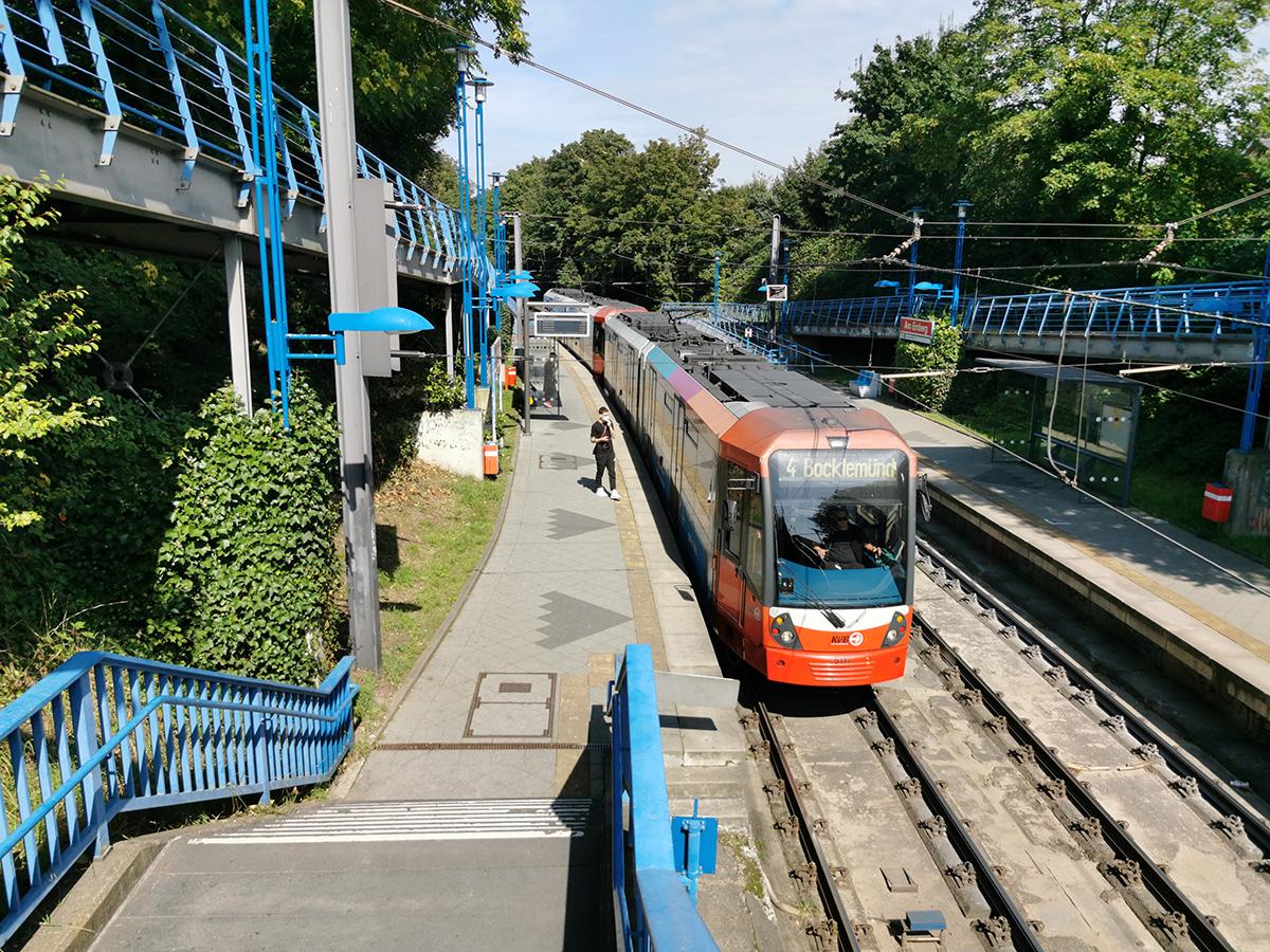 Linie 4 an der Haltestelle Am Emberg